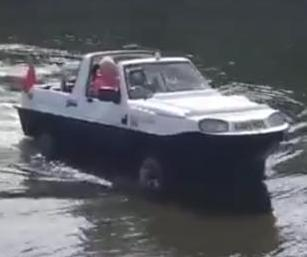 Amphibious-car-makes-unexpected-exit-from-River-Thames.jpg